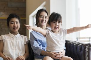 テレビを見る母娘の写真素材 [FYI04606704]