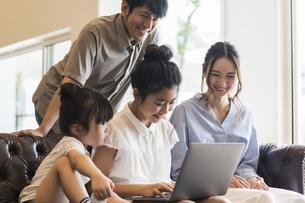パソコンを見る家族の写真素材 [FYI04606727]