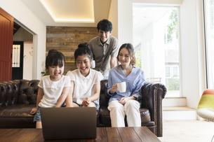 パソコンを見る家族の写真素材 [FYI04606735]