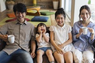 4人家族のポートレートの写真素材 [FYI04606742]
