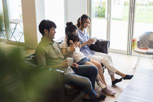 テレビを見る家族の写真素材 [FYI04606746]