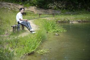 釣りを楽しむビジネスマンの写真素材 [FYI04606802]