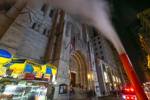 クリスマスの夜、セントトーマス教会周辺の五番街ミッドタウンマンハッタンビル群の間を漂う蒸気。の写真素材 [FYI04606999]