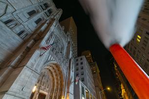 クリスマスの夜、セントトーマス教会周辺の五番街ミッドタウンマンハッタンビル群の間を漂う蒸気。の写真素材 [FYI04607004]
