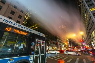 クリスマスの夜、セントトーマス教会周辺の五番街ミッドタウンマンハッタンビル群の間を漂う蒸気。蒸気の下を交通が通り抜けます。の写真素材 [FYI04607008]