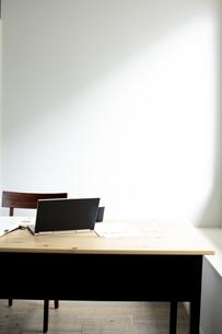 デスクの上のノートパソコンの写真素材 [FYI04607058]