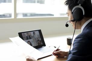 オンラインミーティングをするビジネスマンの写真素材 [FYI04607066]