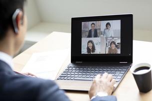 オンラインミーティングをするビジネスマンの写真素材 [FYI04607068]