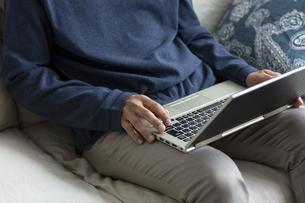 ノートパソコンを操作する男性の手元の写真素材 [FYI04607069]