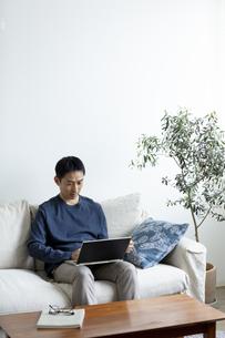 ノートパソコンを見る日本人男性の写真素材 [FYI04607076]