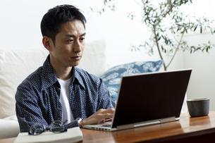 テレワークをする日本人男性の写真素材 [FYI04607077]