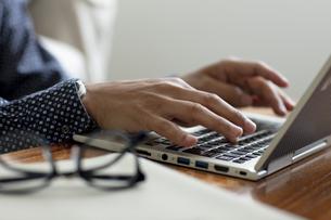 ノートパソコンを操作する男性の手元の写真素材 [FYI04607078]
