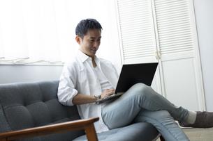 ノートパソコンを見る日本人男性の写真素材 [FYI04607091]