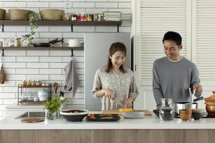 料理をする日本人夫婦の写真素材 [FYI04607109]