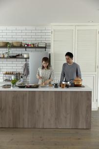 料理をする日本人夫婦の写真素材 [FYI04607110]