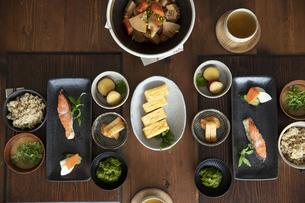 食卓の上の和食の写真素材 [FYI04607116]