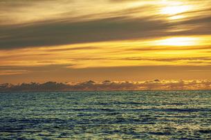 夕焼けの海の写真素材 [FYI04607118]