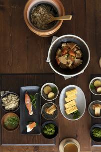 食卓の上の和食の写真素材 [FYI04607122]