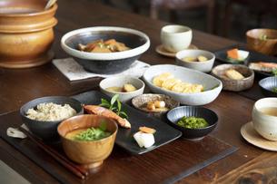食卓の上の和食の写真素材 [FYI04607128]