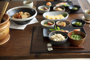食卓の上の和食の写真素材 [FYI04607133]