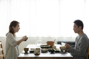 食事をする夫婦の写真素材 [FYI04607147]