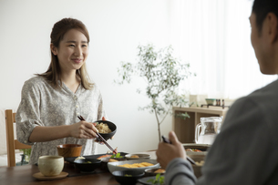 食事をする夫婦の写真素材 [FYI04607149]