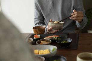 食事をする男性の手元の写真素材 [FYI04607150]