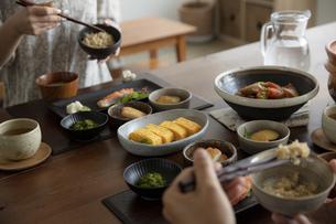 食事をする夫婦の手元の写真素材 [FYI04607152]