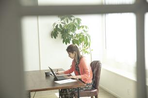 テレワークをする日本人女性の写真素材 [FYI04607155]