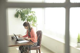 テレワークをする日本人女性の写真素材 [FYI04607157]