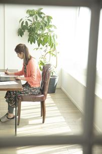 テレワークをする日本人女性の写真素材 [FYI04607159]