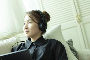 ヘッドホンをつけた日本人女性の写真素材 [FYI04607180]
