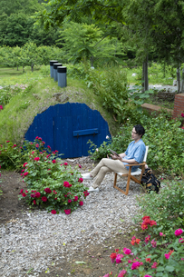 ガーデンでタブレットPCを持つ男性の写真素材 [FYI04607181]
