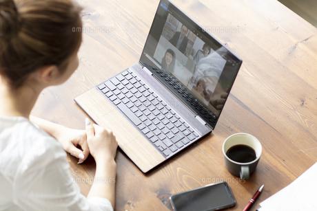 ノートパソコンでオンラインミーティングをする女性の写真素材 [FYI04607203]
