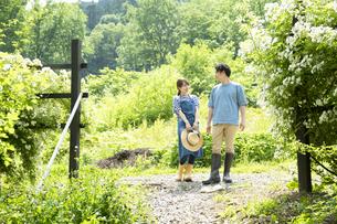 田舎暮らしするカップルの写真素材 [FYI04607221]