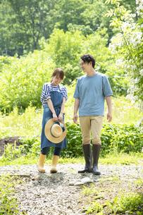田舎暮らしするカップルの写真素材 [FYI04607223]