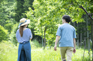 田舎暮らしするカップルの写真素材 [FYI04607225]