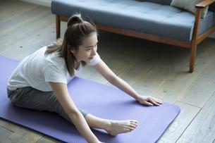 おうちフィットネスをする日本人女性の写真素材 [FYI04607246]