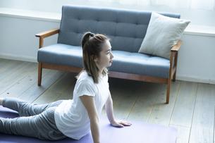 おうちフィットネスをする日本人女性の写真素材 [FYI04607247]