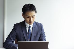 ノートパソコンを見るビジネスマンの写真素材 [FYI04607258]