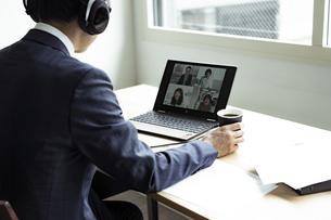 オンラインミーティングをするビジネスマンの写真素材 [FYI04607266]