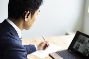 オンラインミーティングをするビジネスマンの写真素材 [FYI04607268]