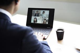 オンラインミーティングをするビジネスマンの写真素材 [FYI04607269]