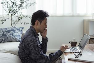テレワークをする日本人男性の写真素材 [FYI04607276]