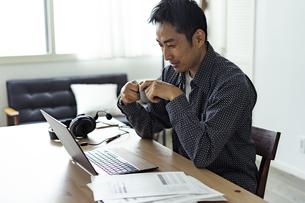 テレワークをする日本人男性の写真素材 [FYI04607282]