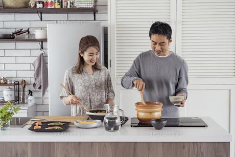 料理をする日本人夫婦の写真素材 [FYI04607303]