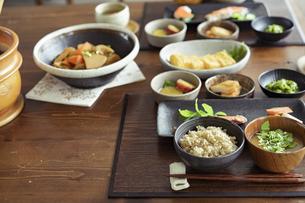 食卓の上の和食の写真素材 [FYI04607307]