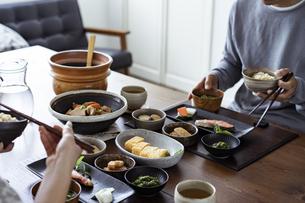 食事をする夫婦の写真素材 [FYI04607308]