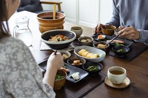 食事をする夫婦の写真素材 [FYI04607311]
