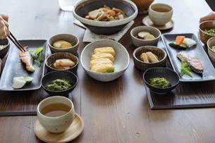食卓の上の和食の写真素材 [FYI04607313]